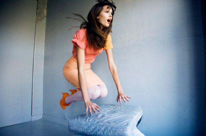 dámské růžové triko, oranžová sukně a botky LEW