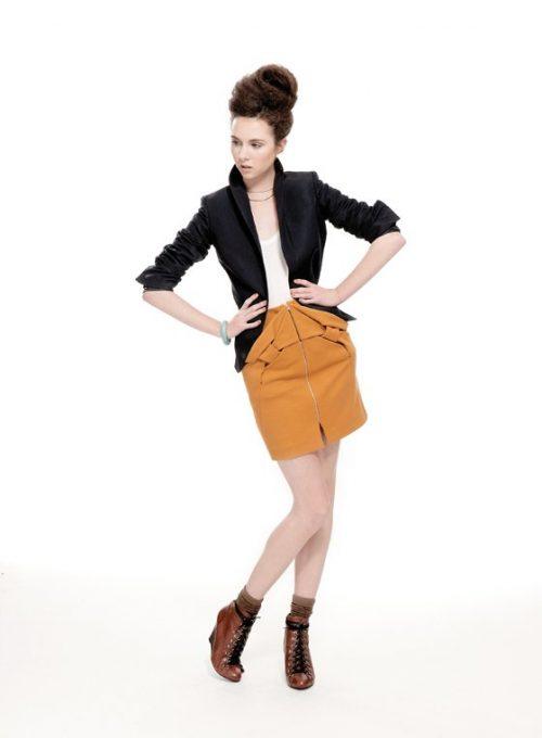 dámské černé sako, bílé tílko a okrová minisukně se zipem Nicole Murray