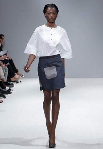 dámská bílá košile, tmavě modrá sukně s kapsou Eudon Choi