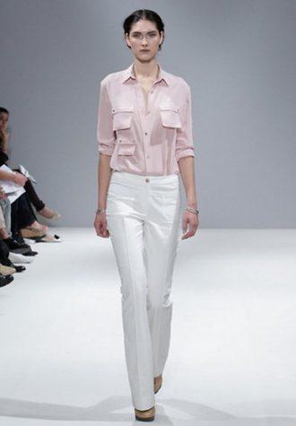dámská světle růžová košile a bílé kalhoty Eudon Choi