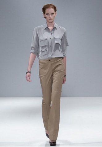 dámská světle šedá košile, béžové kalhoty Eudon Choi