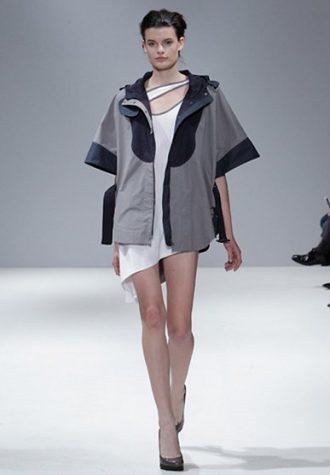 dámský šedý kabátek, bílé šaty Eudon Choi