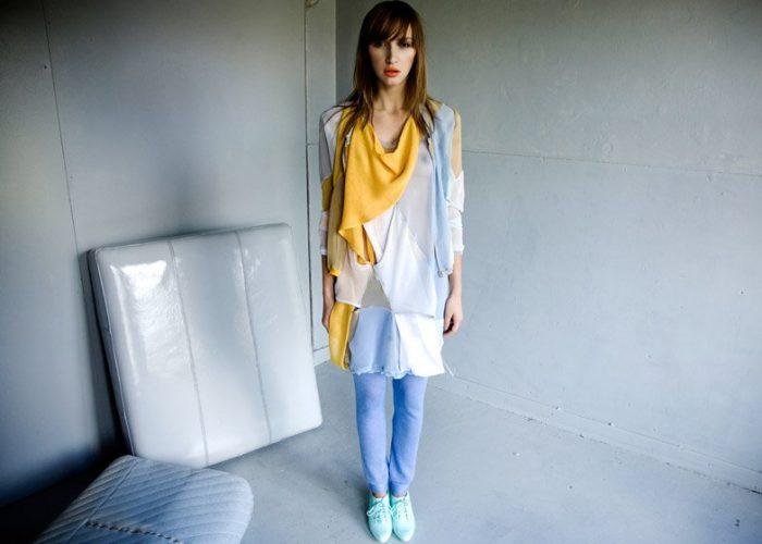 dámské barevné šaty, bleděmodré legíny a střevíčky dámská žlutá halenka a růžové kalhoty LEW