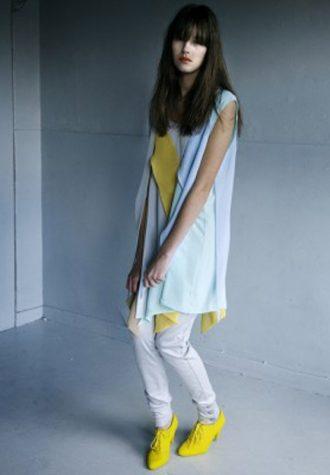 dámské bleděmodré šaty, bílé legíny a žluté botky dámská žlutá halenka a růžové kalhoty LEW