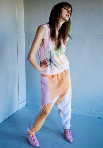 dámské růžové tílko s potiskem, barevné kalhoty a růžové botky dámská žlutá halenka a růžové kalhoty LEW