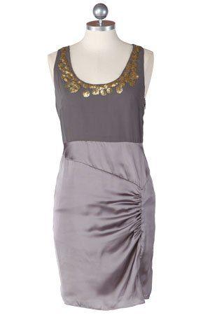 šedé saténové šaty se zlatou aplikací u krku ($ 59.99)