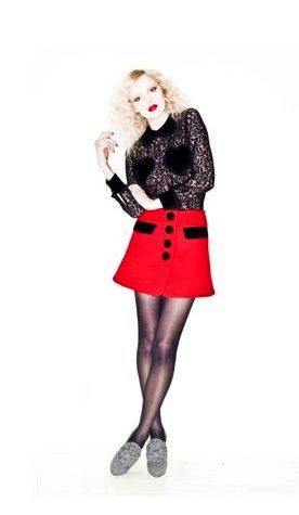 černá halenka a červená sukně Vivetta