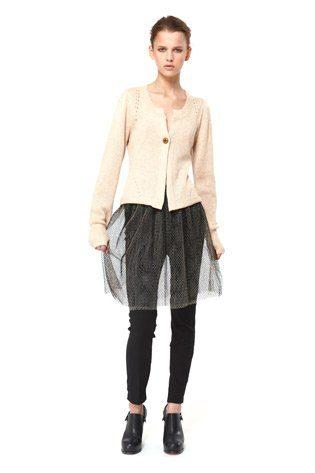béžový rozepínací cardigan a síťovaná sukně, kolekce Capsule od Niny Persson