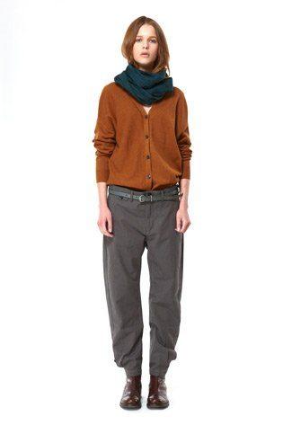 šedé kalhoty a okrově hnědý propínací cardigan Hope Podzim:Zima 2010