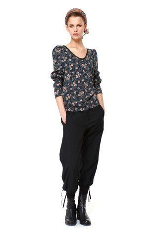 triko s potiskem a černé kalhoty, kolekce Capsule od Niny Persson
