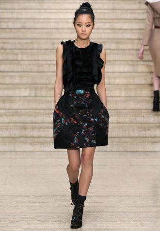 černá volánková halenka a tmavá sukně s potiskem