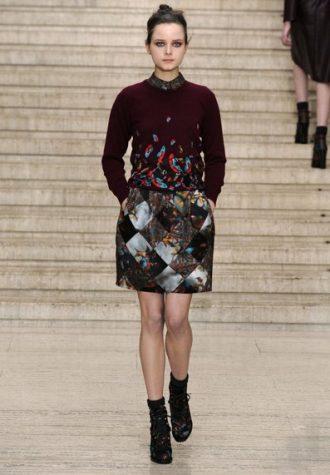 dámská kostkovaná sukně s potiskem a vínový svetřík