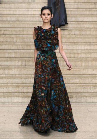 dlouhé dámské šaty s širokou sukní a volánkovým vrškem