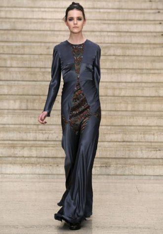 dlouhé dámské šaty ze splývavého saténu v ocelově šedé