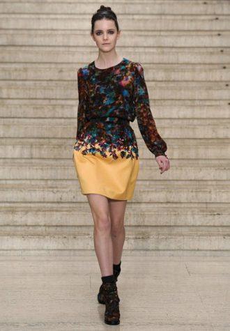 krátké dámské šaty s dlouhým rukávem a žlutou sukní