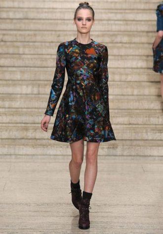krátké dámské šaty s dlouhými rukávy a áčkovou sukní