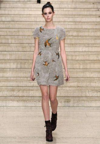 ocelově šedé krátké dámské šaty s potiskem