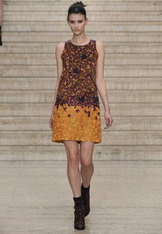 rovně střižené krátké dámské šaty se širokými ramínky