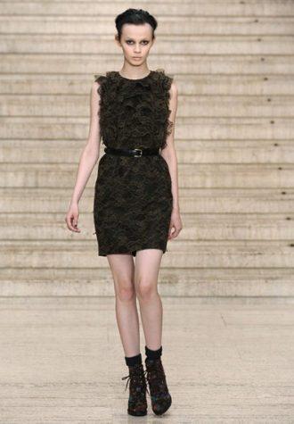 tmavé krátké dámské šaty s volánkovým vrškem a páskem