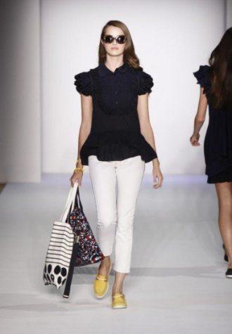 dámská černá halenka, bílé kalhoty a látkové tašky se vzorem Karen Walker