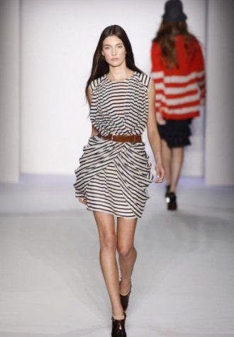 dámské pruhované šaty s nabíráním Karen Walker