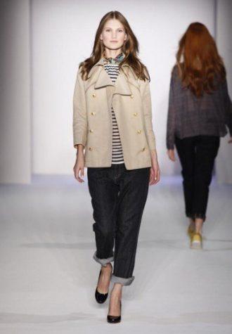 dámský béžový kabátek, pruhované triko a džíny Karen Walker