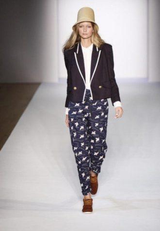 dámský béžový klobouk, tmavě modré sako a kalhoty se vzorem Karen Walker