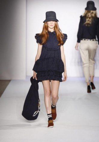 dámský tmavě modrý klobouk, šaty s volánky a látková taška Karen Walker