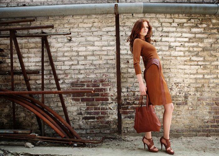 dámské hnědé šaty a kožená kabelka Kateřina Geislerová