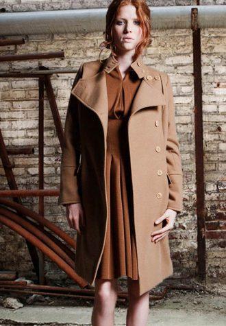 dámský zimní khaki kabát a hnědé šaty Kateřina Geislerová