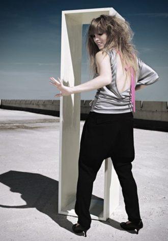 šedý top a černé kalhoty Chi-Chi