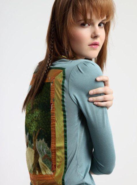 dámský světle modrý top La femme Mimi z kolekce Folklore de Luxe