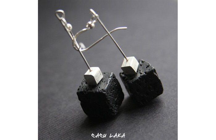 náušnice Zazu Laka s černým kamenem