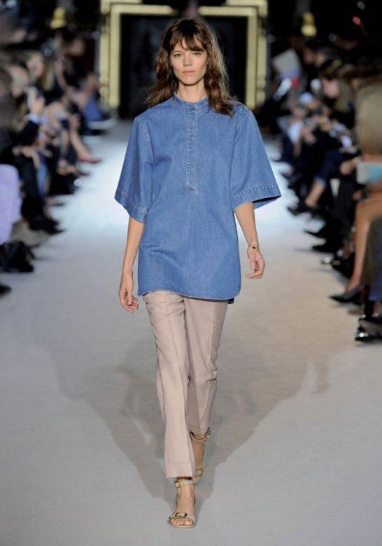 dámská džínová košile a béžové kalhoty Stella McCartney