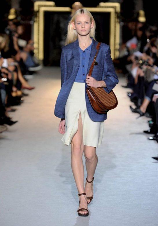 dámské modré sako, košile, bílá sukně a hnědá kabelka Stella McCartney