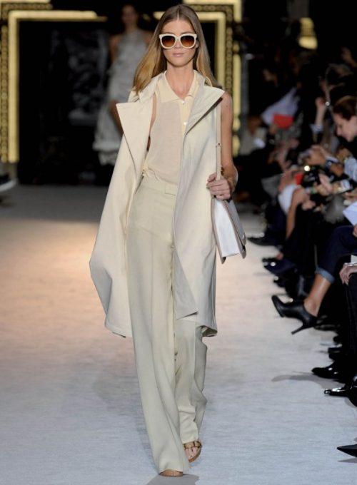 dámský béžový kabátek, tílko, kalhoty a kabelka Stella McCartney
