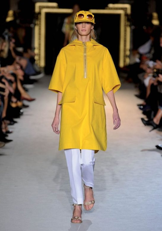 dámský žlutý kabát a bílé kalhoty Stella McCartney