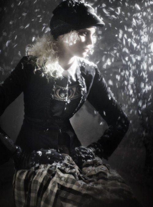 bíločerná kostkovaná sukně, svetřík se vzorem, sako s aplikací