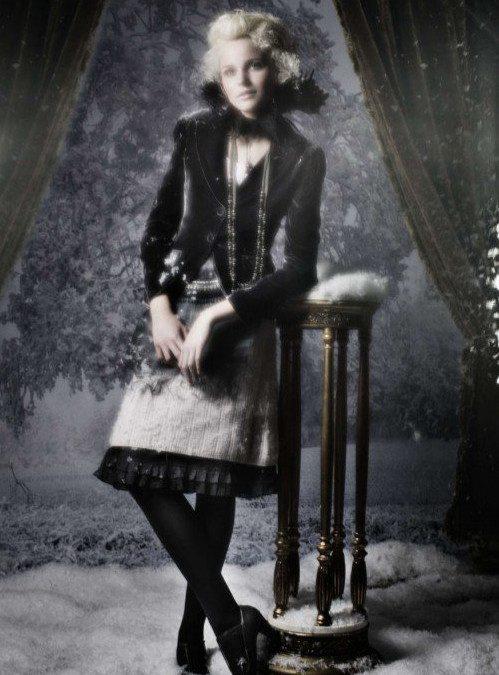 černobílé romantické zdobné šaty a sametové sako