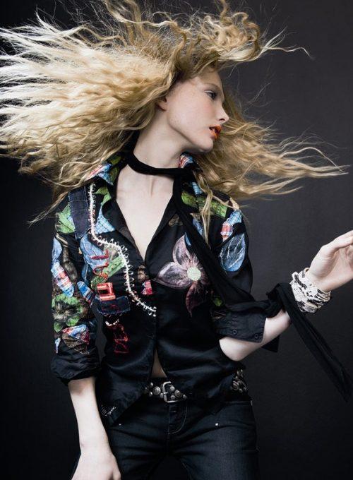 barevný zimní kabát a černé šaty s potiskem Desigual