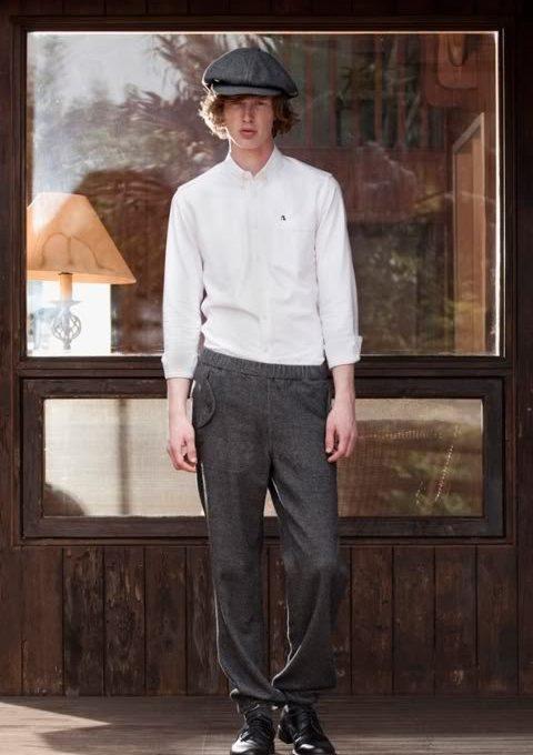 pánská bílá košile a tmavě šedé volné kalhoty FACTOTUM