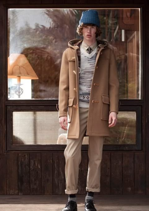 pánská modrá čepice, hnědý kabát, béžový svetr se vzorem a kalhoty FACTOTUM