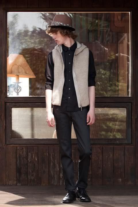 pánská šedá vesta na zip, černá košile a kalhoty FACTOTUM