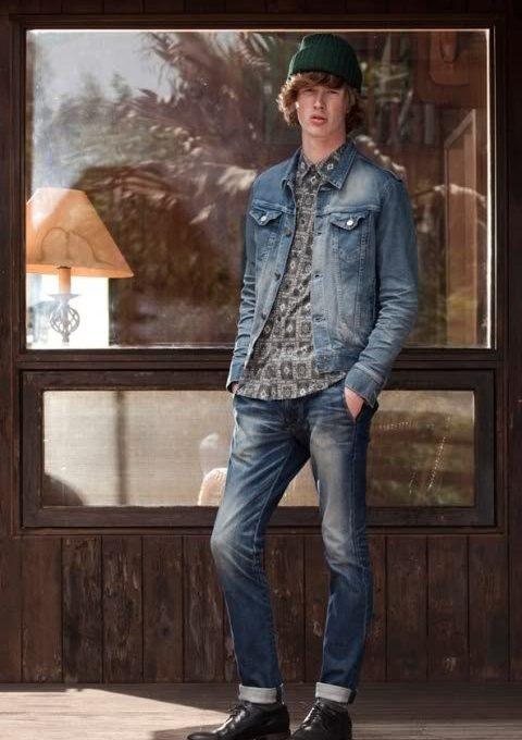 pánská zelená čepice, džínová bunda, šedá košile se vzorem a džíny FACTOTUM