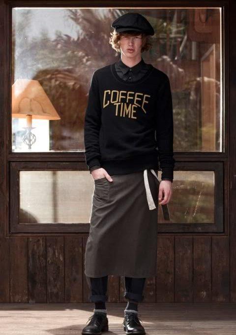 pánský černý svetr s nápisem, černé kalhoty a pracovní zástěra FACTOTUM