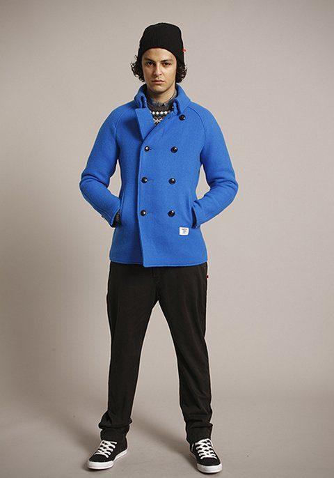pánská černá čepice, modrý kabát a černé kalhoty Bedwin & The Heartbreakers
