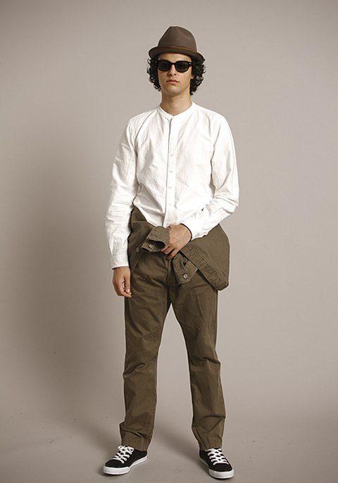 pánský hnědý klobouk, bílá košile a hnědá bunda a kalhoty Bedwin & The Heartbreakers
