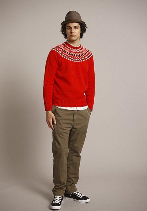 pánský hnědý klobouk, červený svetr se vzorem a hnědé kalhoty Bedwin & The Heartbreakers