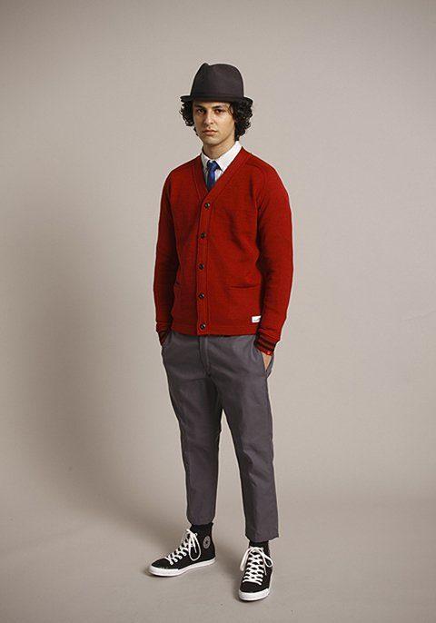 pánský hnědý klobouk, červený zapínací svetr a šedé kalhoty Bedwin & The Heartbreakers