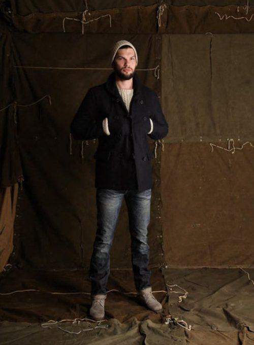 pánská béžová čepice, svetr, tmavě modrý kabát a džíny Edwin